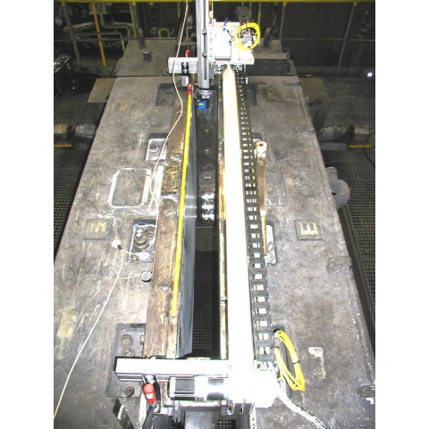 Pohled shora do proměřované dutiny krystalizátoru 1500/150 mm
