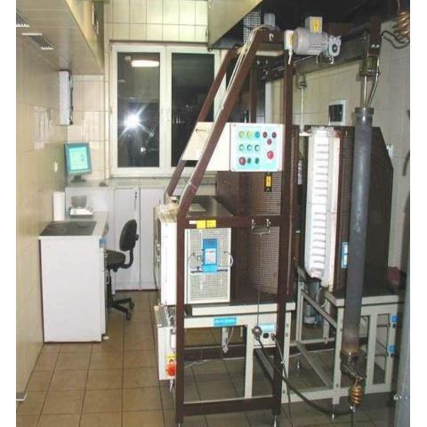 Celkový pohled, retorta je vyvěšena mimo pec (vpravo) - - - General view with retort out of furnace (right)