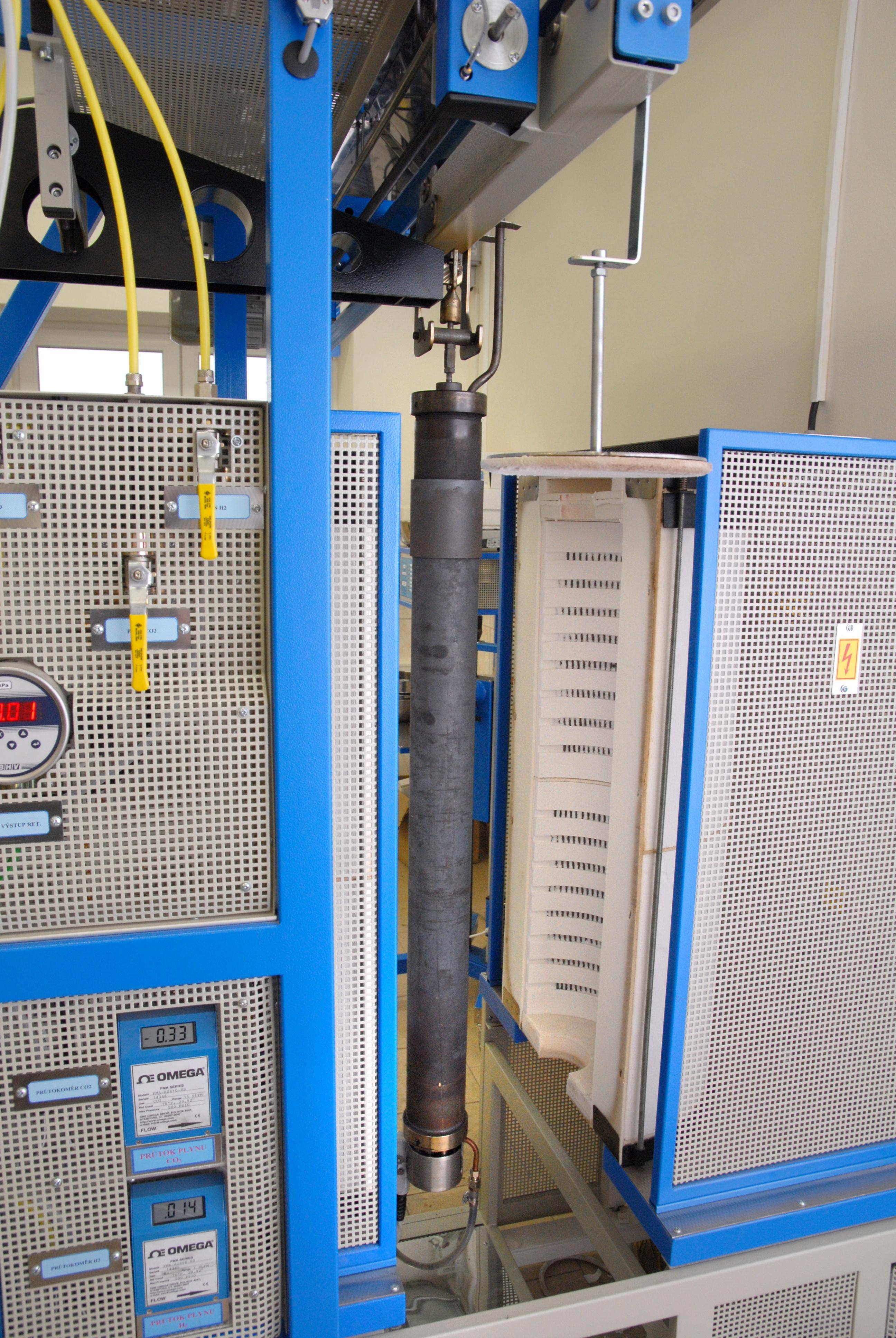 Zajíždění retorty do pece - - - Inserting retort into the furnace