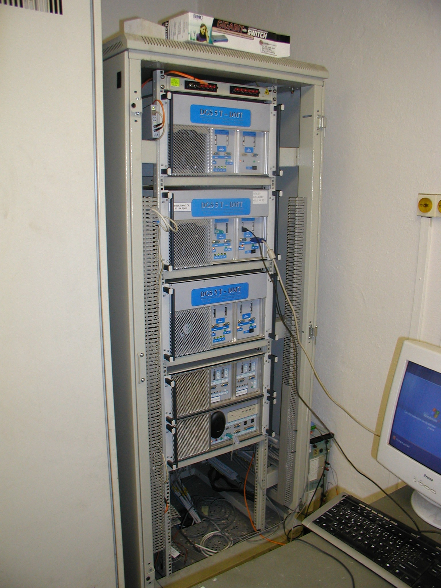 Pohled na skříň s elektronikou systému DGS - - - View of a rack with electronics of the DGS system