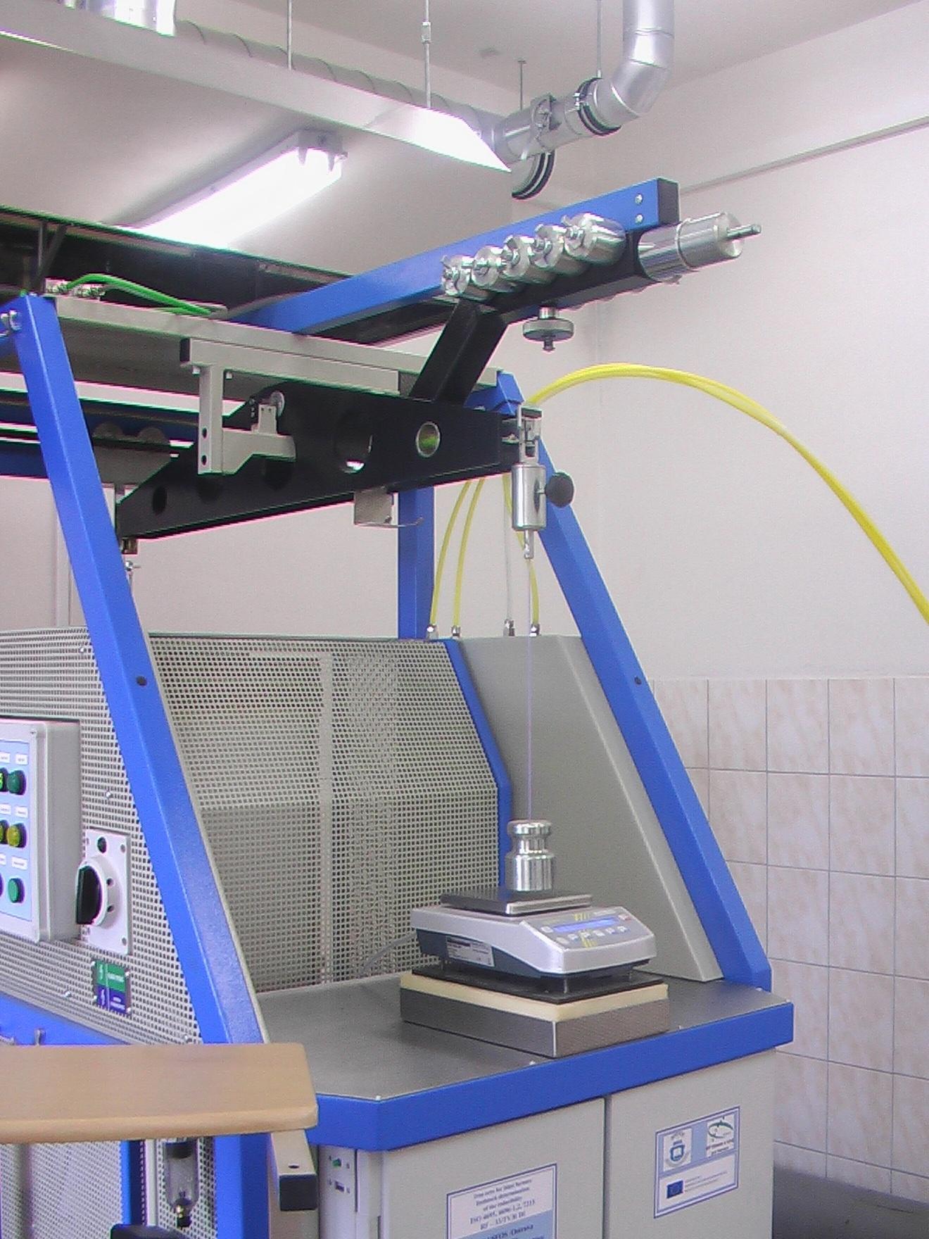 Detail balančního vážicího systému - - - Detailed view of the balancing weighing system