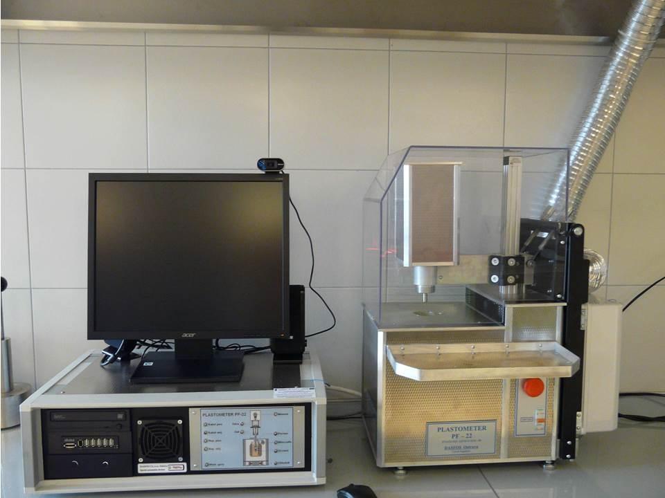 Sestava plastometru PF-22 (s odvodem plynů od lázně) a řídicího počítače - The PF-22 plastometer with waste gas piping and control computer