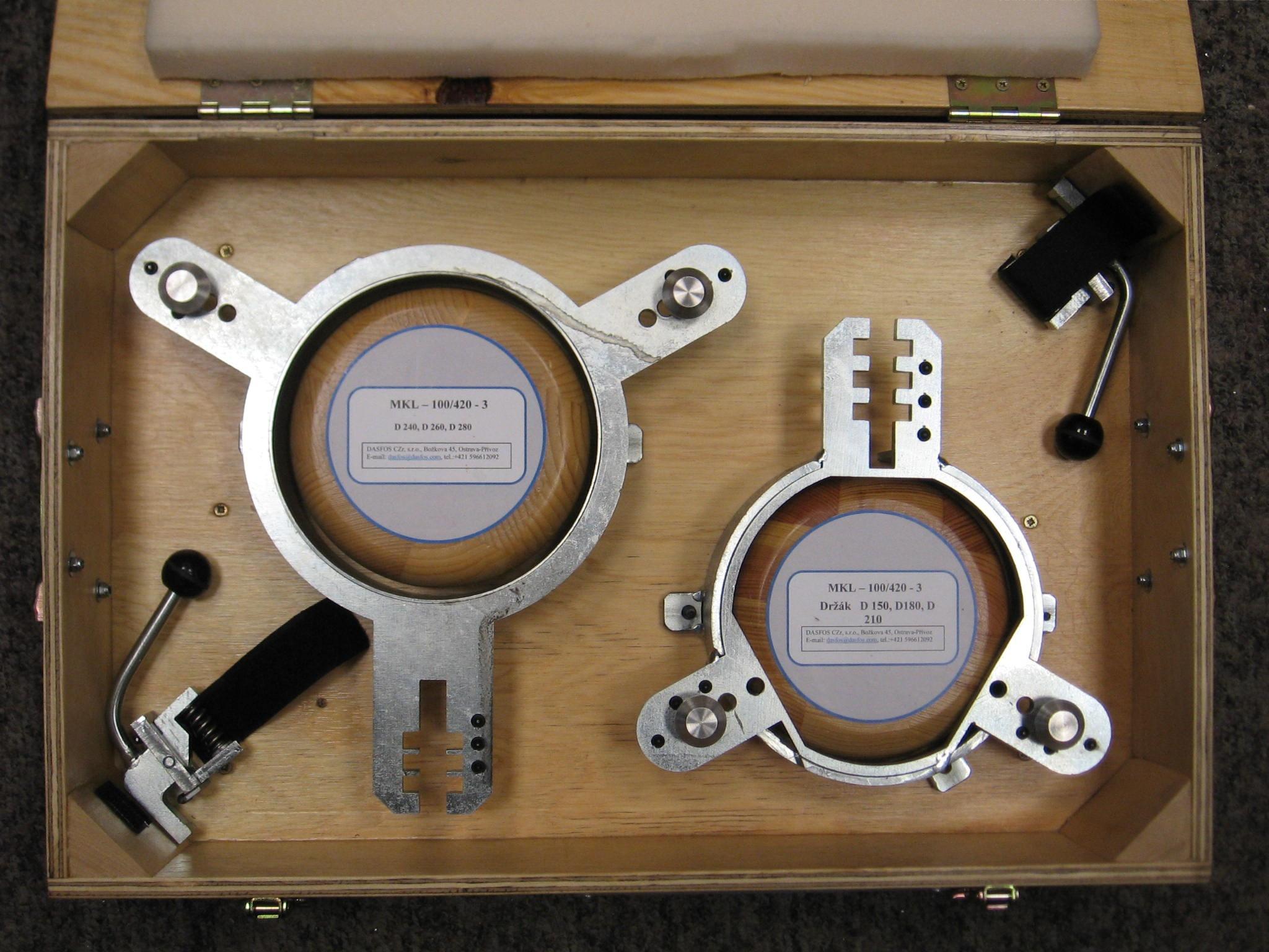 Upevňovací držáky pro kruhové formáty (v transportním obalu) - - - Fixing holders for round formats (in transport box)