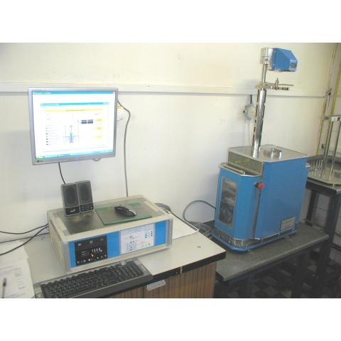 Pracoviště s dilatometrem DF-7 (vpravo) a řídicím počítačem (vlevo) - Workplace with DF-7 dilatometer (right) and control computer (left)