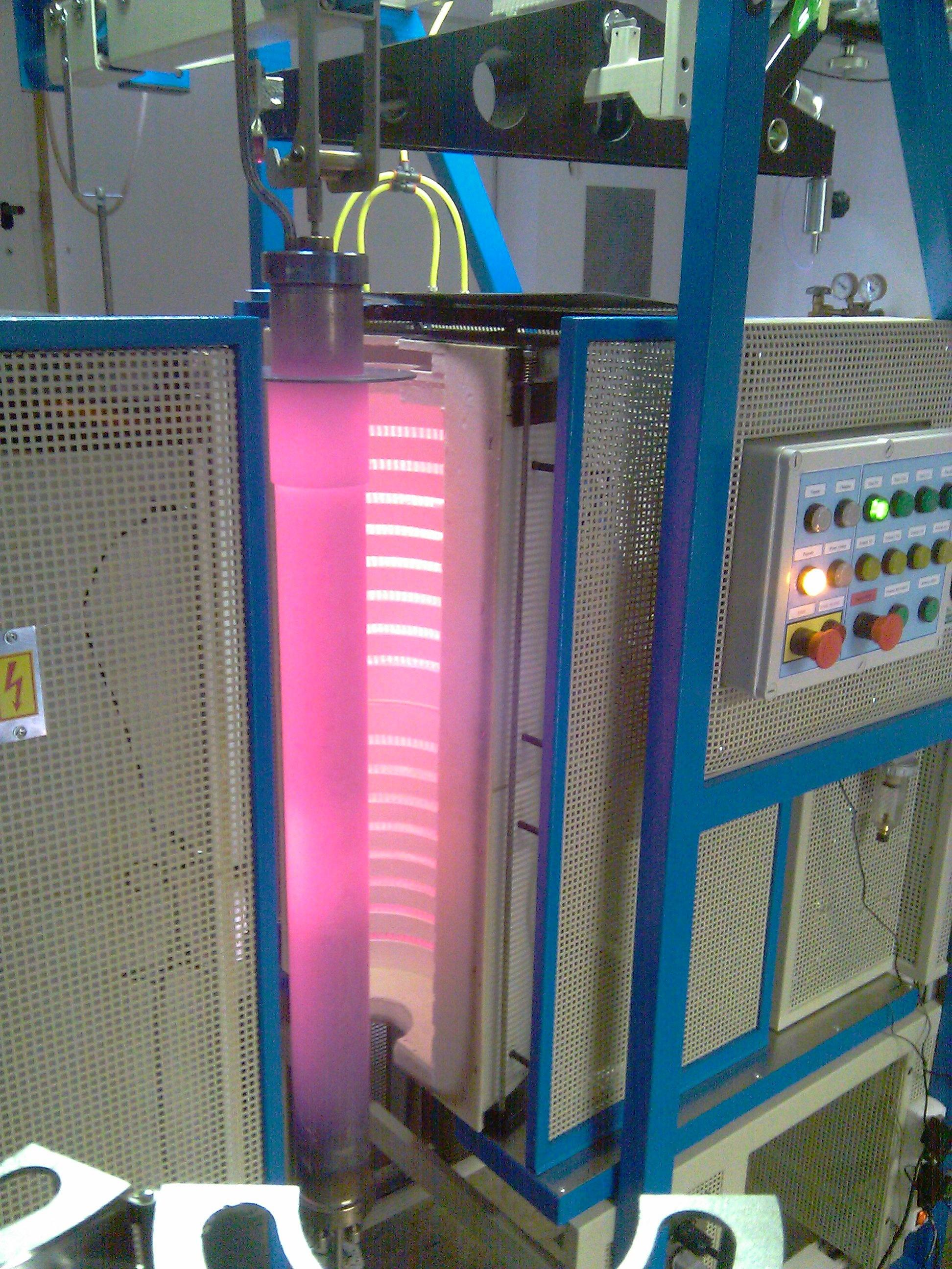 Otevřená pec s retotou po ukončení redukce - - - Opened furnace with retort after ending the reduction process