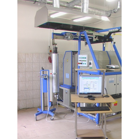 Celkový pohled včetně vozíku a chladicího boxu s retortou vlevo- - - Overall view including the trolley and cooling box with retort on the left
